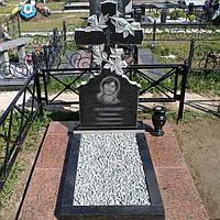 Памятник из гранита с крестом и цветником