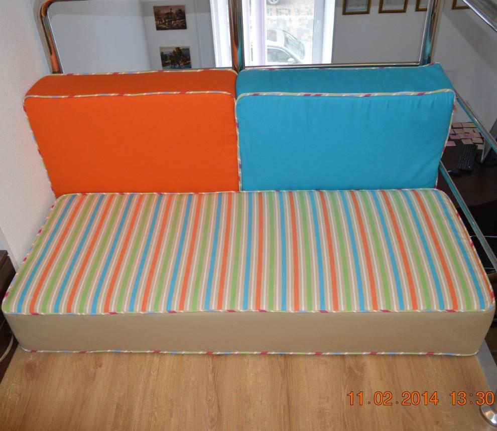 Бескаркасный диванчик из комплекта мягких подушек