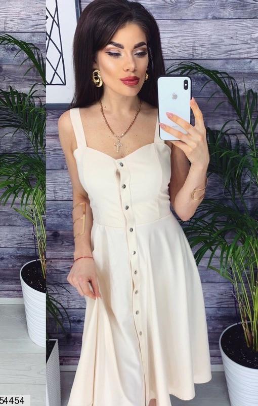 Модное платье миди юбка солнце клеш без рукав на бретелях на кнопках бежевого цвета