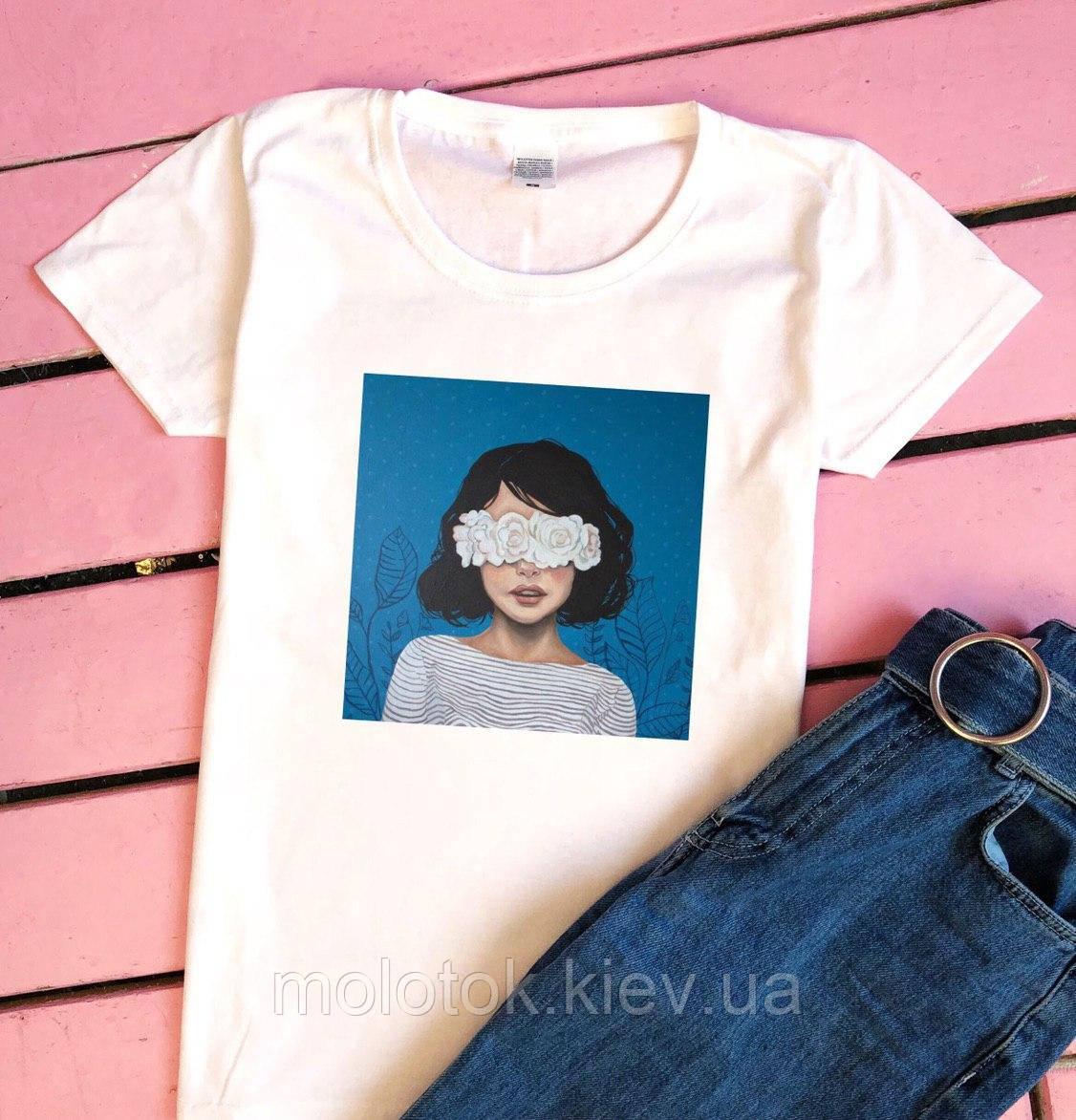 Женская футболка с девушкой на фоне летняя белая