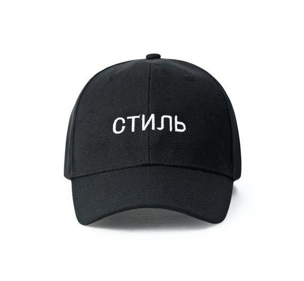Черная кепка с надписью стиль