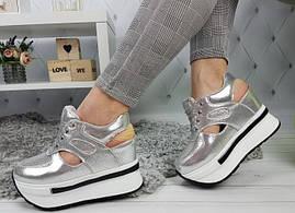 Сникерсы кроссовки женские на платформе с танкеткой  открытой пяткой серебро