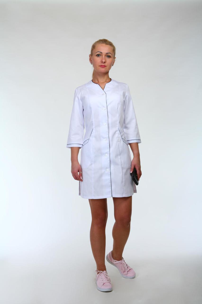 Практичный медицинский халат с бордовыми вставками