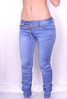 Цветные джинсы цвета Василек
