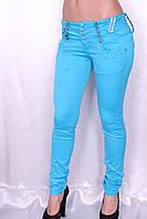Цветные джинсы голубого цвета