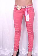 Цветные джинсы розового цвета с порватостями