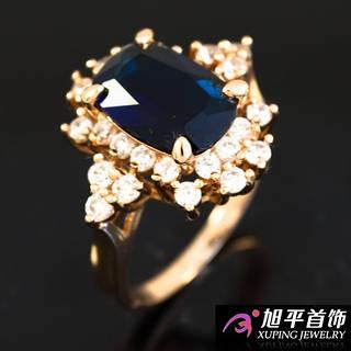 Кольцо лимонное золото с большим прямоугольным камнем и мелкими камушками