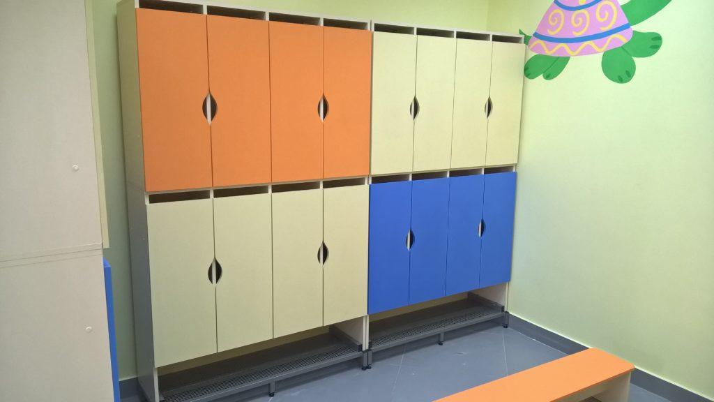 Шкаф детский для одежды двухъярусный 8-местный с лавкой. W22