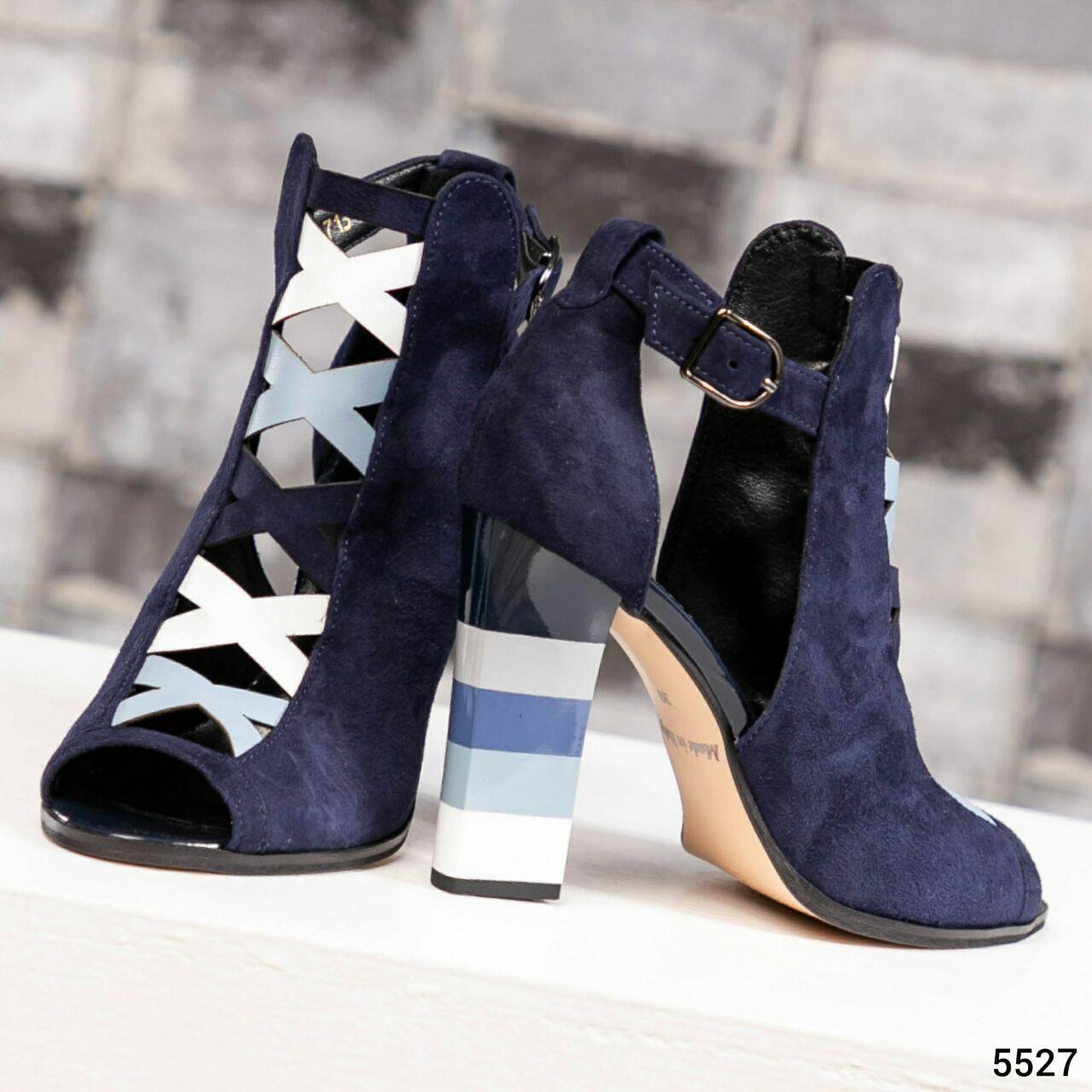 Закрытые синие замшевые босоножки с цветным каблуком женские