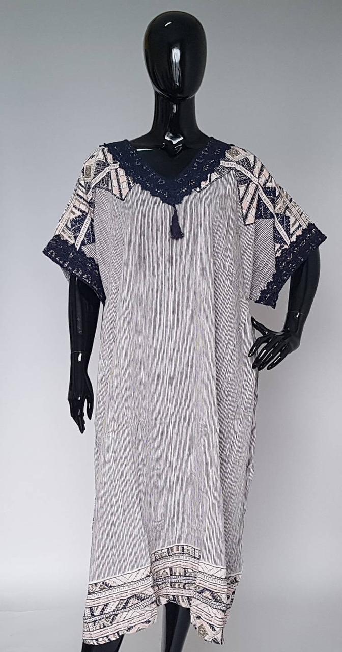 Длинное летнее платье украшенное кружевом