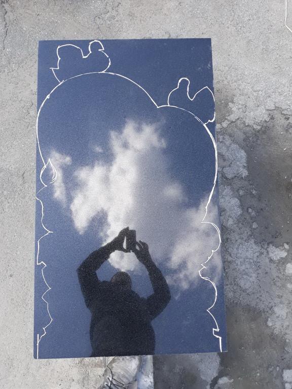 """Памятник из гранита """"Сердце, голуби и розы """" 2"""