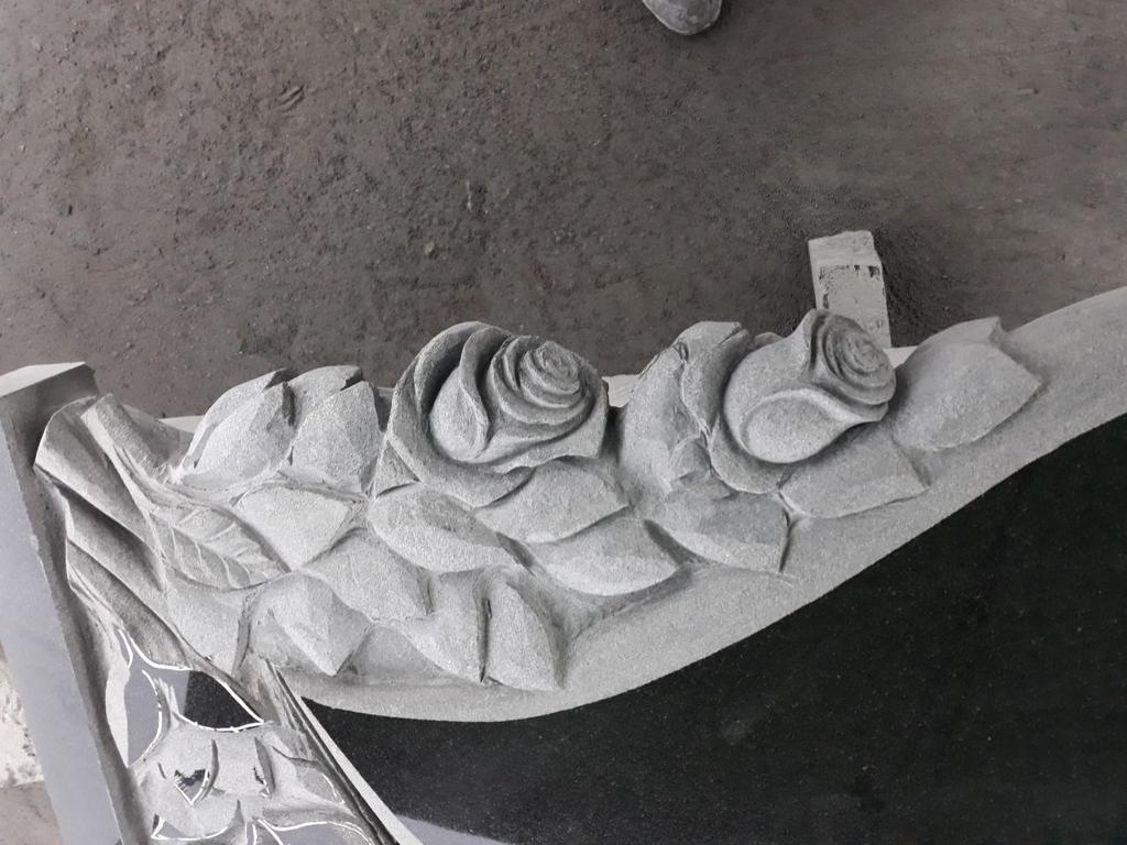 """Памятник из гранита """"Сердце, голуби и розы """" 5"""