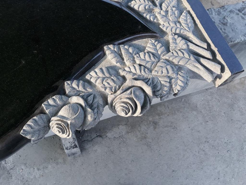 """Памятник из гранита """"Сердце, голуби и розы """" 7"""