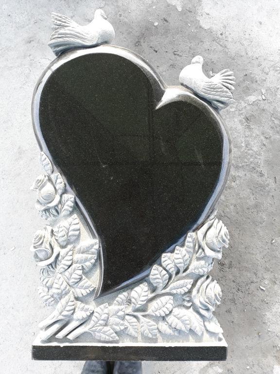 """Памятник из гранита """"Сердце, голуби и розы """" 8"""