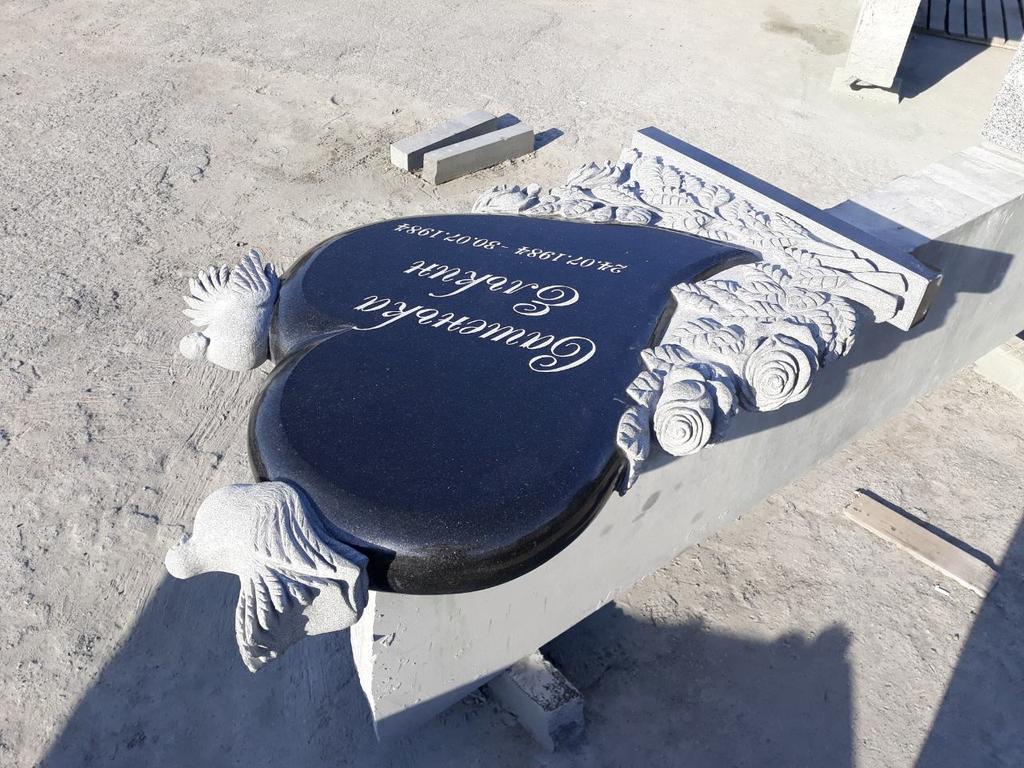 """Памятник из гранита """"Сердце, голуби и розы """" 11"""