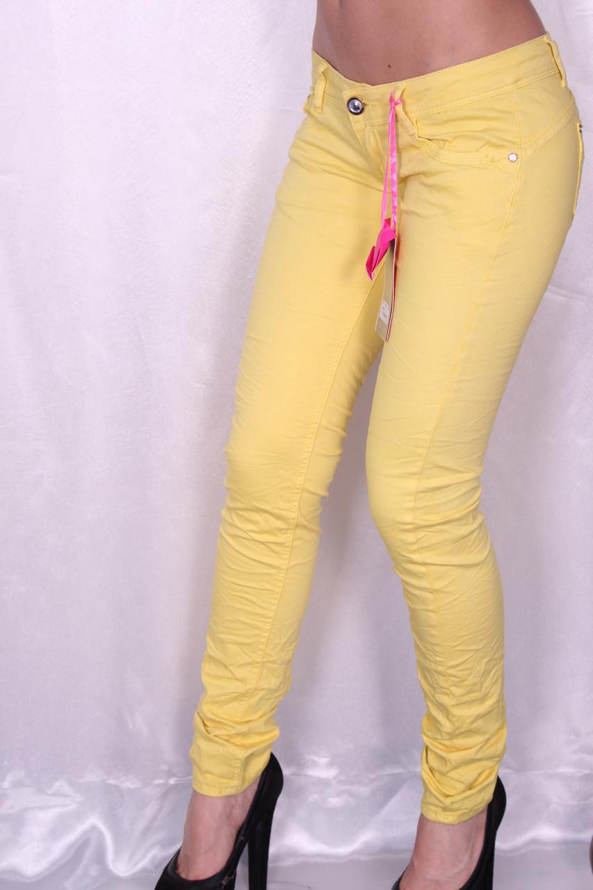 Цветные джинсы желтого цвета