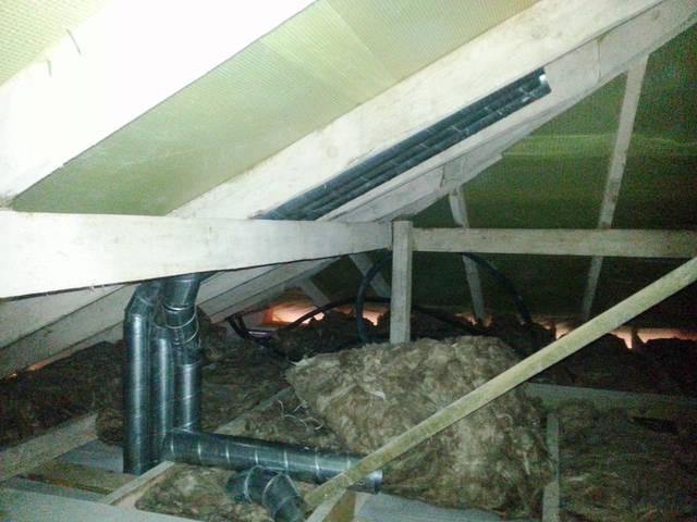 Разводка труб вентиляции на чердаке.