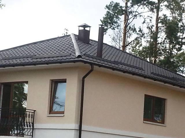 Естественная вентиляция дома: четыре вентиляционные трубы сведены в декоративный фальшкороб-дымоход. Вентиляционная труба для естественной вентиляции топочной выведена на крышу максимально прямо и отдельно с помощью специальной кровельной проходки.