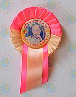 Значок Выпускник с фото и розеткой Бежево-розовая