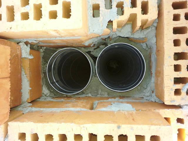 Вентиляционные каналы в кирпичном фальш дымоходе.