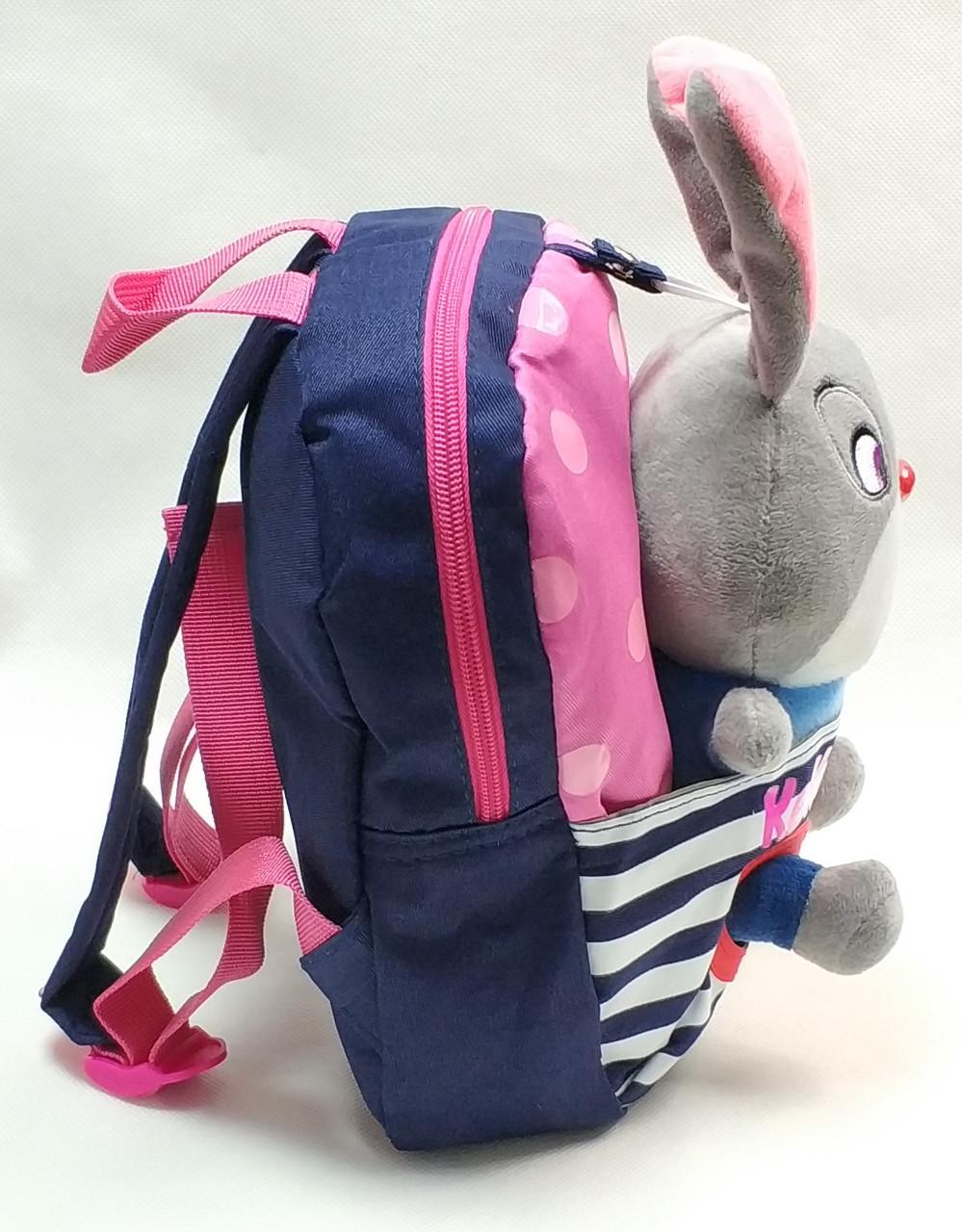 Детский рюкзак с игрушкой зайкой синий вид сзади