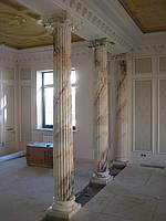 Колонна из мрамора в частном доме