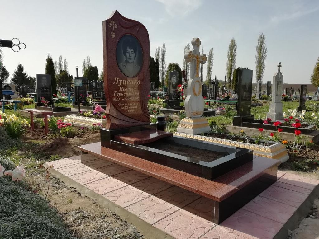 Памятник из красного гранита. Лезниковский гранит.