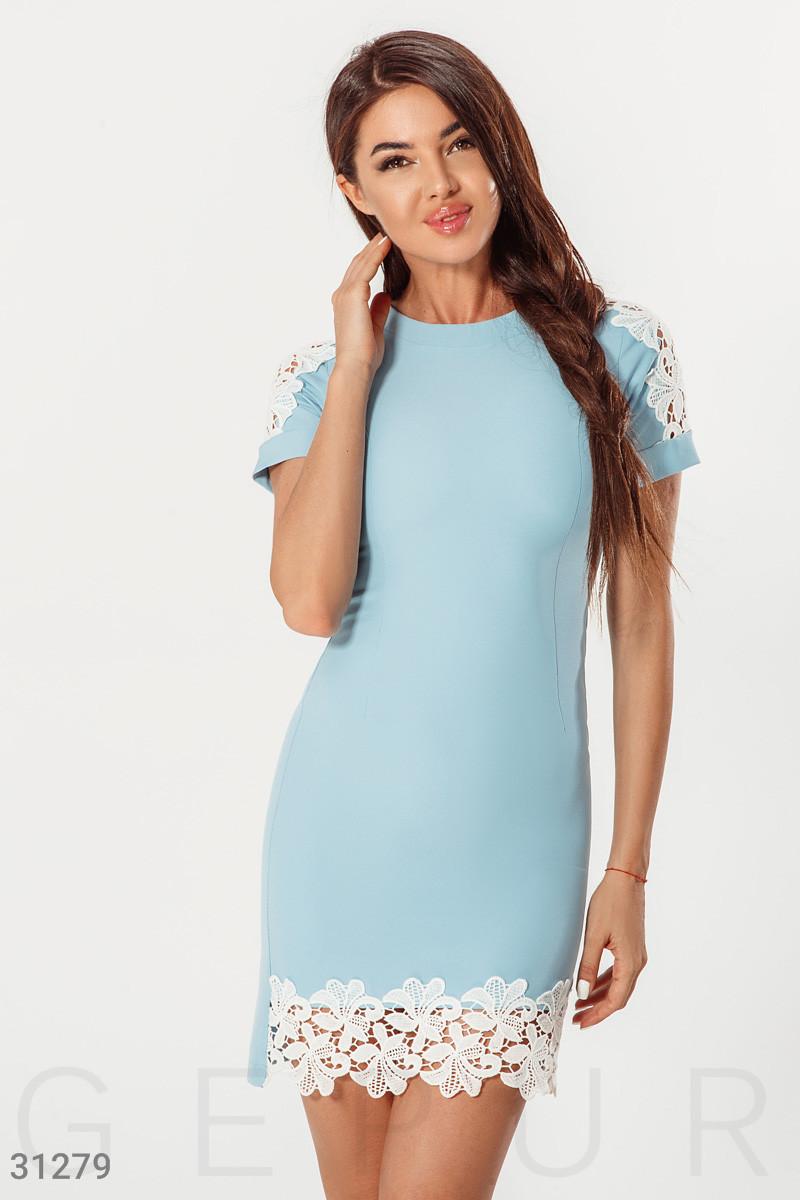 Короткое облегающее платье с ажурными вставками голубое
