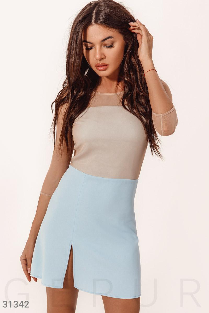 Летнее двухцветное платье мини с вырезом бежево-голубое