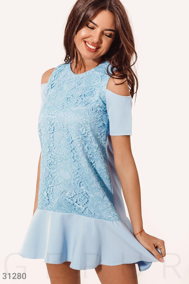 Платье-трапеция с открытыми плечами голубое