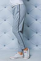 Модные женские брюки с лампасом светло-серые