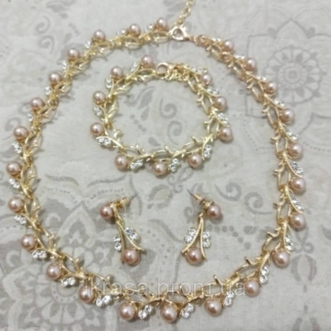 Оздоба на шию, акуратні сережки та браслет колір золото з перлинами кольору капучіно