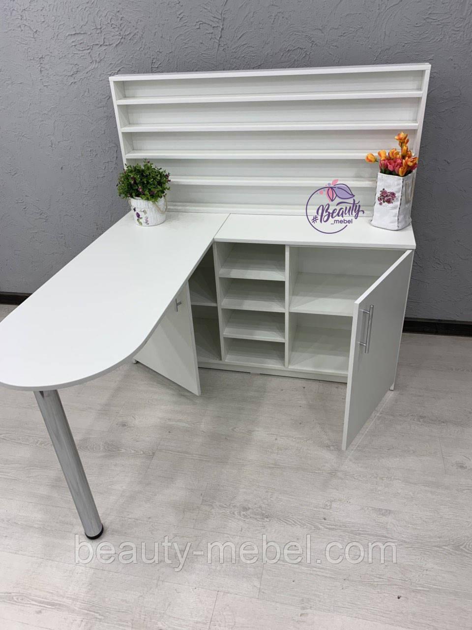 Маникюрный угловой стол с широкими полками для лаков