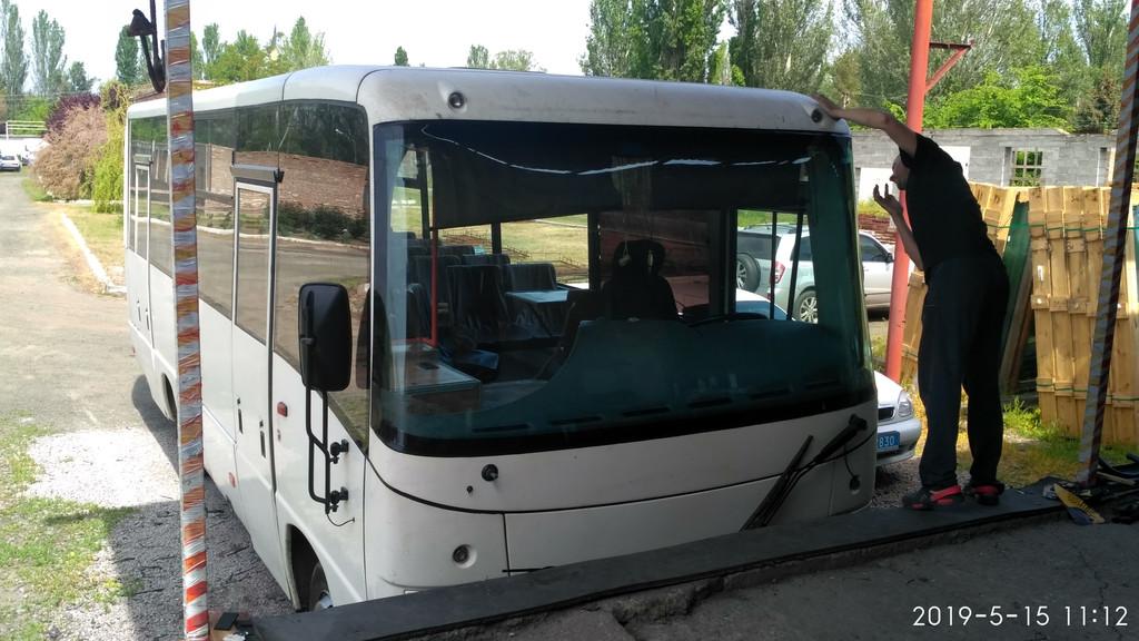 Производств и замена лобового стекла триплекс на автобусе МАЗ 256  в Никополе (Украина).