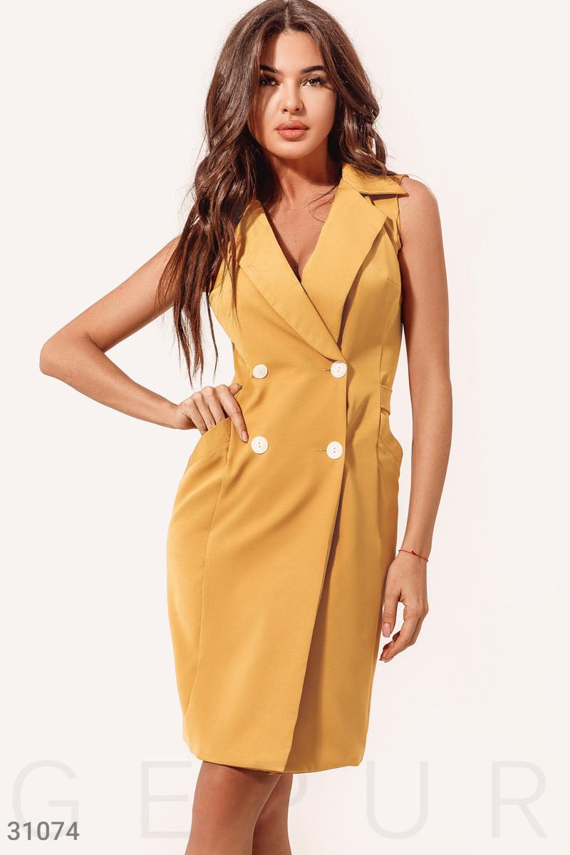Летнее приталенное платье-пиджак классического кроя горчичное