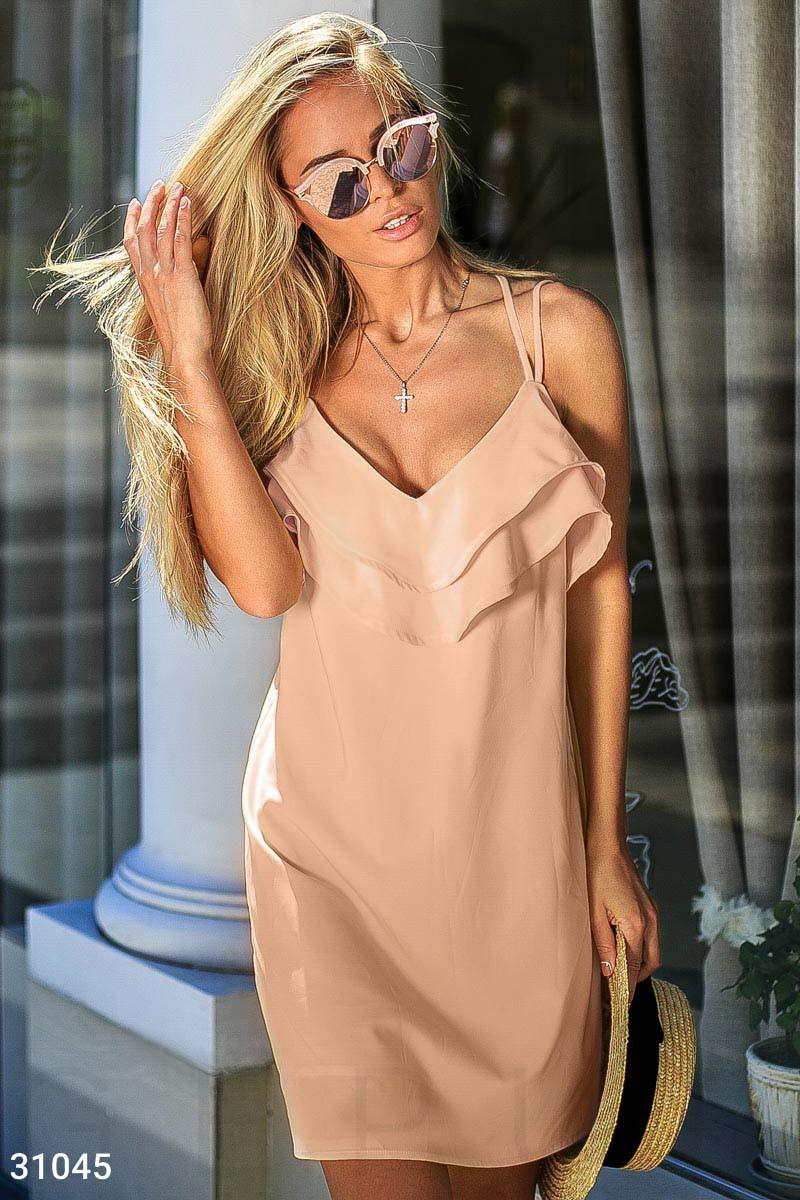Свободное платье на тонких бретелях с воланом персиковое