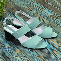 Женские кожаные босоножки на невысоком каблуке, цвет мята