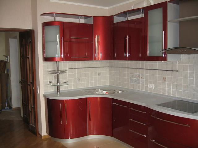Красная угловая кухня с гнутыми фасадами Киев