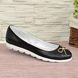 Женские черные туфли из натуральной кожи на низком ходу, декорированные металлическим бантиком, фото 2