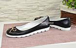 Женские черные туфли из натуральной кожи на низком ходу, декорированные металлическим бантиком, фото 3