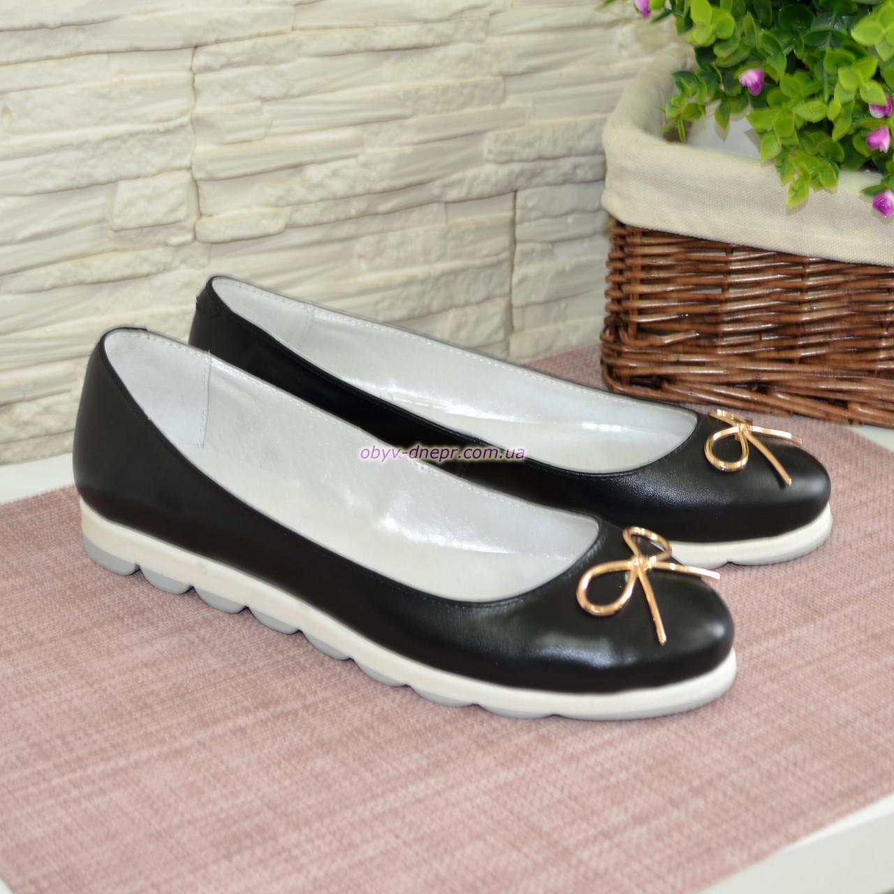 Женские черные туфли из натуральной кожи на низком ходу, декорированные металлическим бантиком