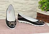 Женские черные туфли из натуральной кожи на низком ходу, декорированные металлическим бантиком, фото 4