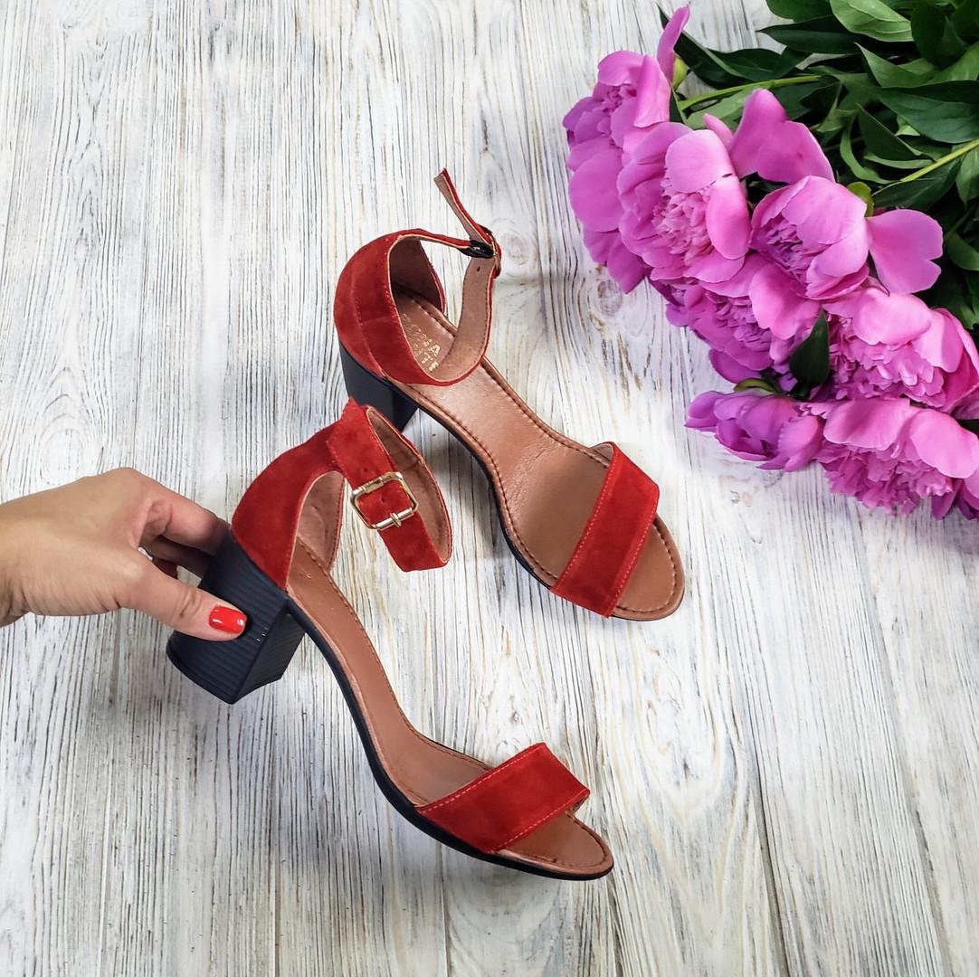 Босоножки на каблуке из натуральной замши красного цвета