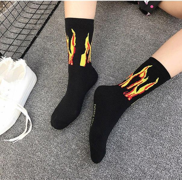 Черные носки с желтым огнем