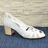 Босоножки женские кожаные белые на невысоком устойчивом каблуке, фото 2