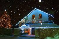 Украшение фасада к Рождеству, праздничное освещение и иллюминация домов к новому