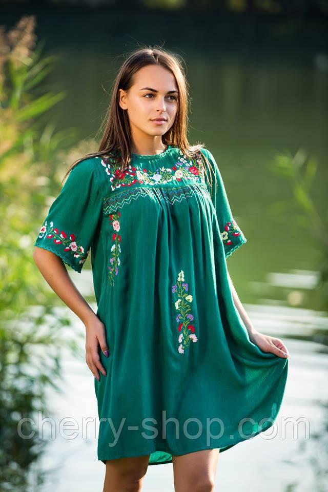 Красивое молодежное зеленое платье с вышивкой