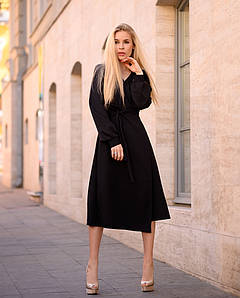 Черное с поясом платье на запах