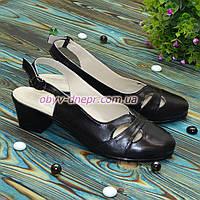 Женские кожаные босоножки на невысоком каблуке, цвет черный. 40 размер