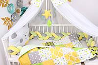 Комплект в кроватку с бортиком косичкой в серо-желто-зелёном цвете